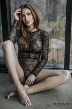 Body harnais dentelle et velours : Body lingerie haut de gamme en fine dentelle, incrusté d'un harnais de rubans velours.